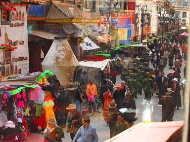 ラサ市街に闊歩する中国軍.jpg