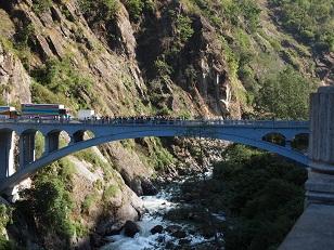中国とネパールの国境(フレンド橋).jpg