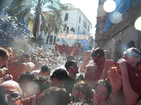水かけ祭の様相.jpg