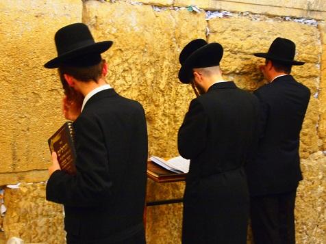 嘆きの壁の前で祈る1.jpg