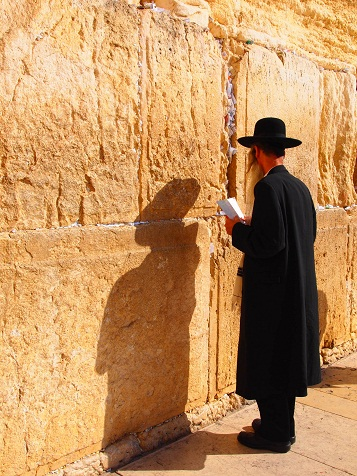 嘆きの壁の前で祈る2.jpg