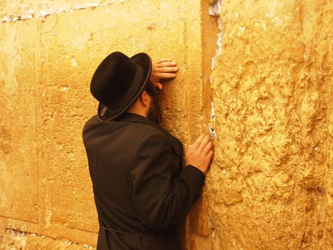 嘆きの壁の前で祈る3.jpg