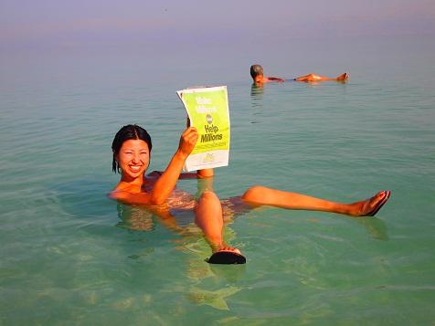 死海で新聞.jpg