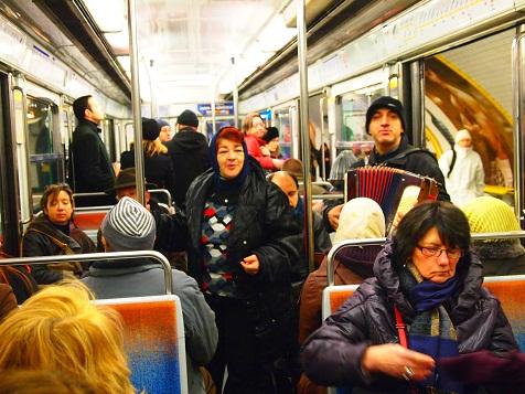 パリの地下鉄車内.jpg