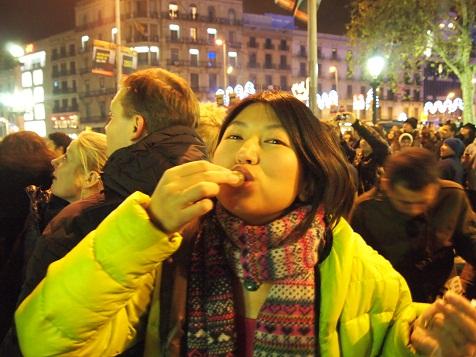 梨紗、ブドウ食す.jpg