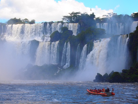イグアスの滝へ向かうボート.jpg