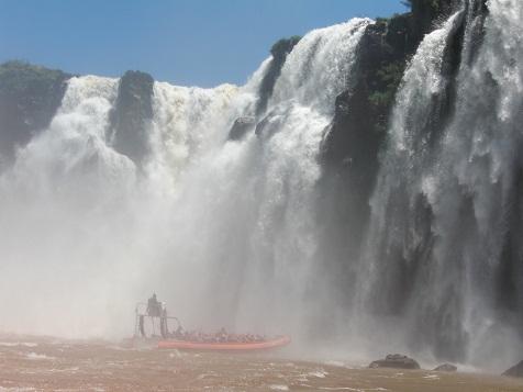 イグアスの滝へ突っ込む1.jpg