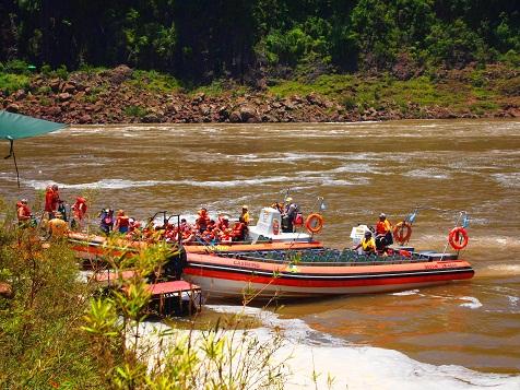 イグアスの滝ボート.jpg