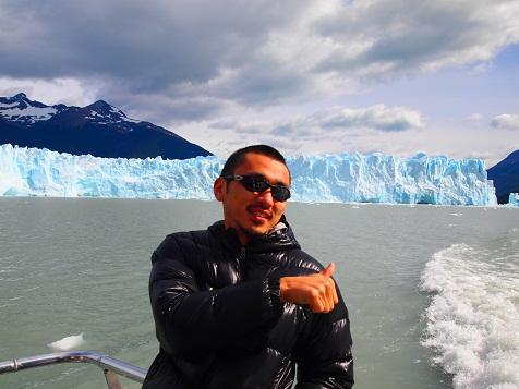 クルーズ船でモレノ氷河近くへ.jpg