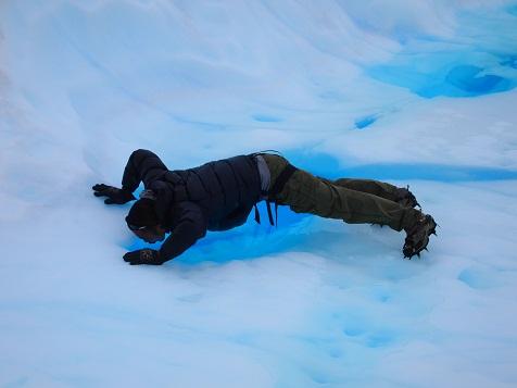 モレノ氷河の水を飲む1.jpg