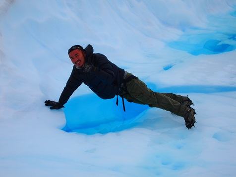 モレノ氷河の水を飲む2.jpg