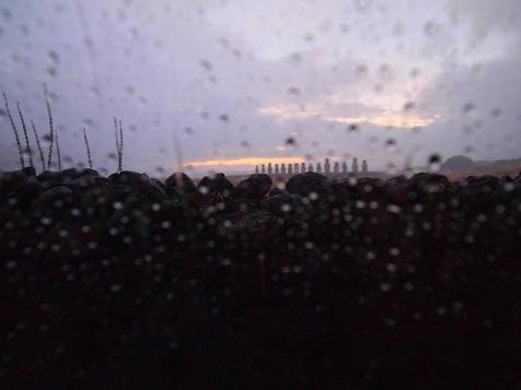 朝焼け前モアイ~雨降りしきる....jpg