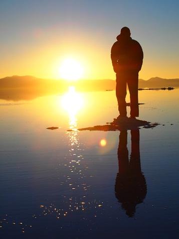 ウユニの朝日に見とれる.jpg