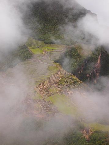 雲がかったマチュピチュ遺跡.jpg