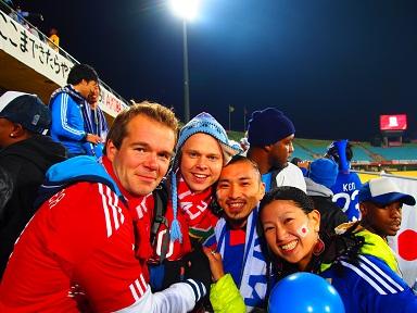 試合後、デンマークサポーターと....jpg